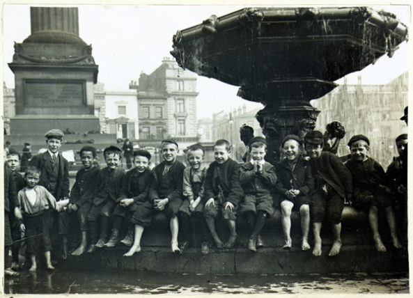 liverpool-children-past-1890-sitting-steble-fountainw