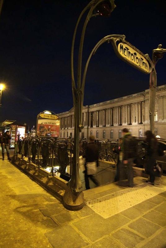 Louvre_Rivoli_metro_entrance